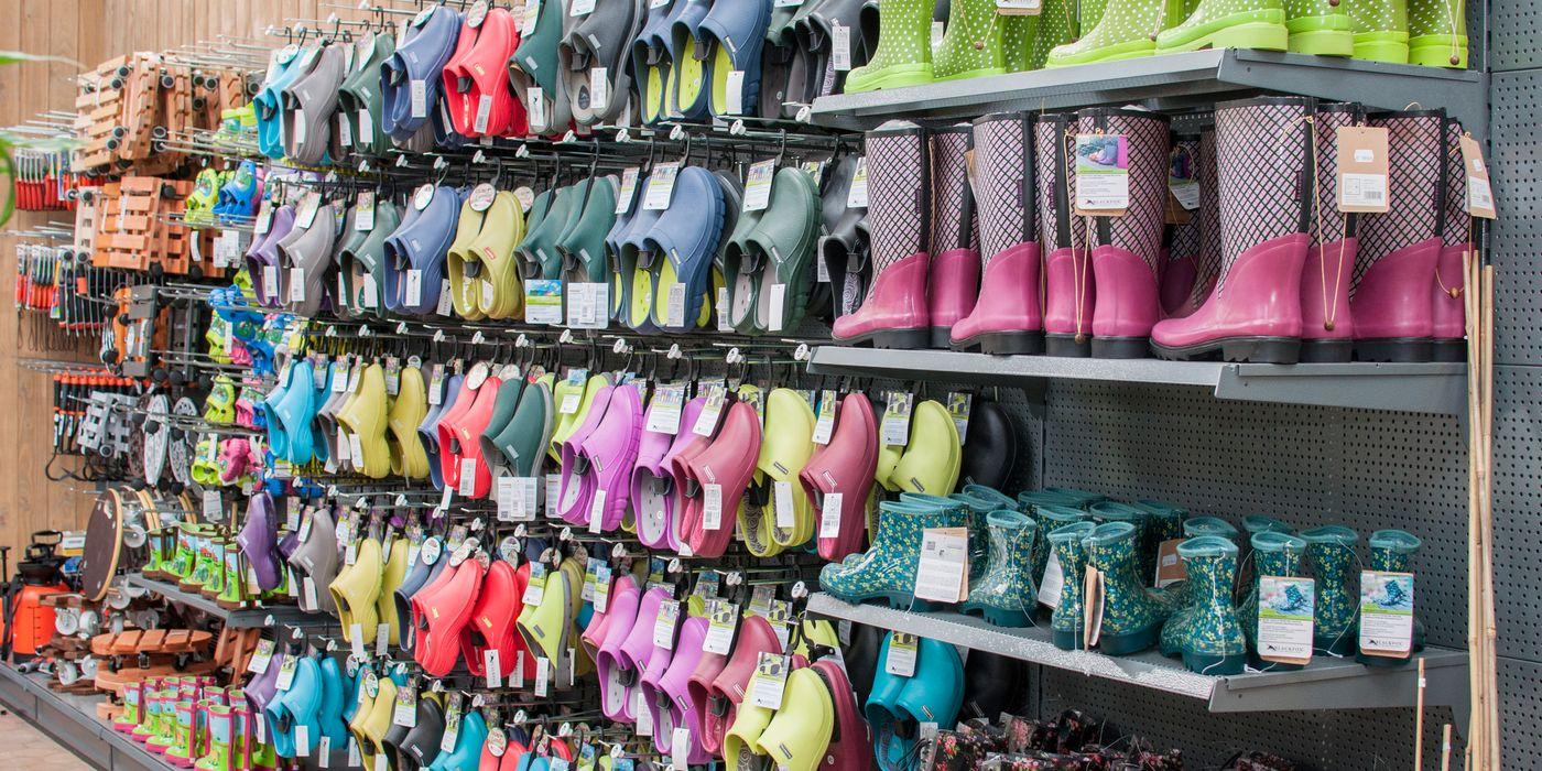 Gartenbekleidung und Schuhwerk für die modebewusste Gärtnerin