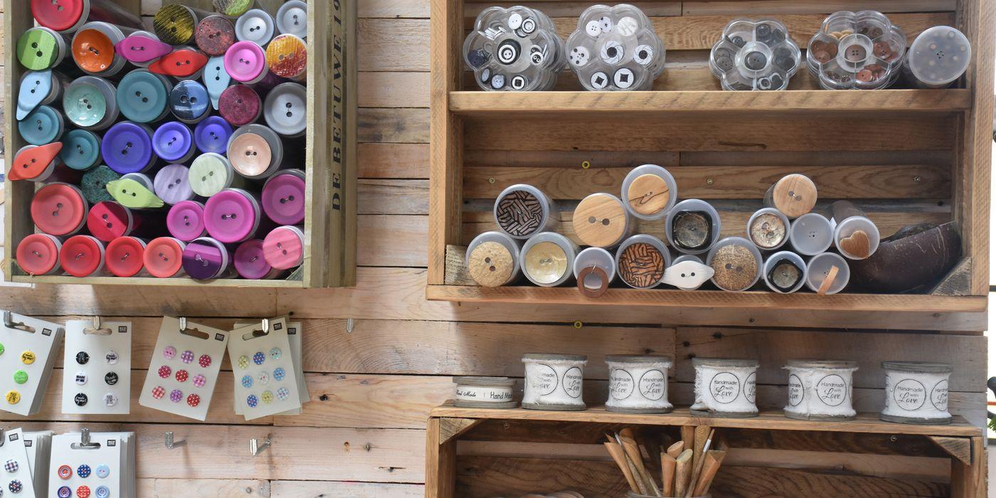 Textilschnüre, Wolle, Strick- und Häckelnadeln und Stickutensilien